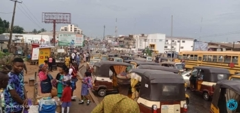 Travellers stranded as END SARS Protesters block Lagos – Ibadan expressway (photos)